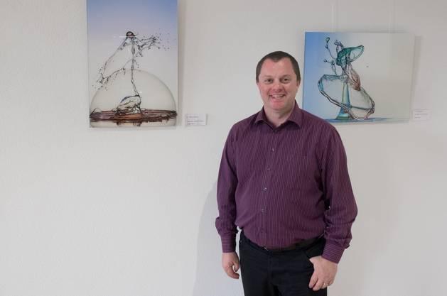 Henry Jager vor seinen Kunstwerken.