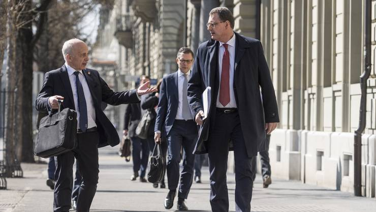 Finanzminister Ueli Maurer und Nationalbank-Präsident Thomas Jordan diskutieren vor der Bekanntgabe der Details ihres Rettungspakets.