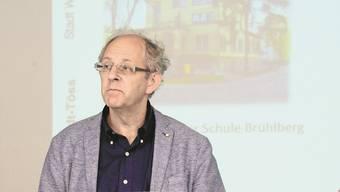 Trotz Widerstand wurde Felix Müller (Grüne) knapp mit 75 Stimmen als Baurekursrichter bestätigt. (Bild: Felix Müller an einer Pressekonferenz zu den Vorwürfen an der Schule Brühlberg)