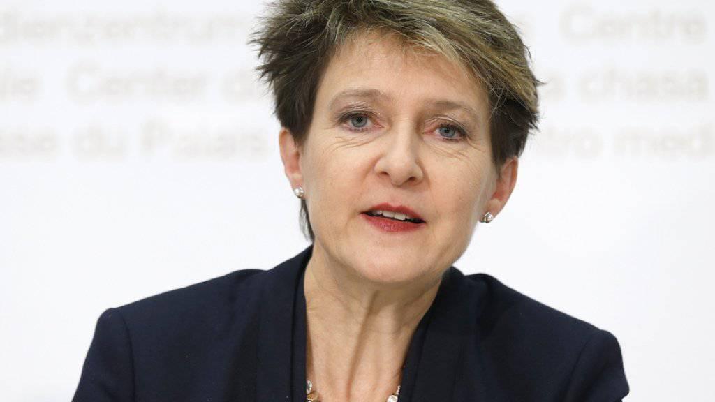 Aus Sicht von Bundespräsidentin Simonetta Sommaruga ist die Lage im Asylwesen zwar «besonders und angespannt». Gemeinsam mit den Kantonen hat sie aber entschieden, vorderhand keinen Sonderstab Asyl einzusetzen. (Archivbild)