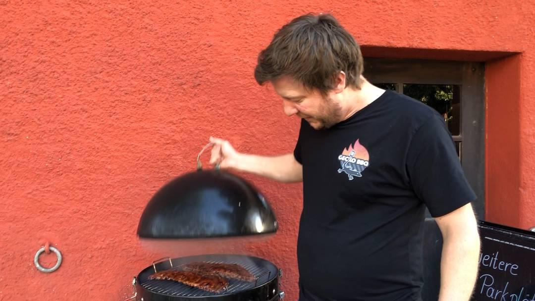 Pitmaster Dennis Amende erklärt den Unterschied zwischen Grillieren und Barbecue.