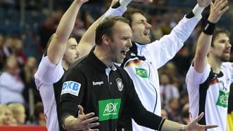Dagur Sigurdsson (vorne) und die deutschen Spieler zelebrieren den EM-Titel