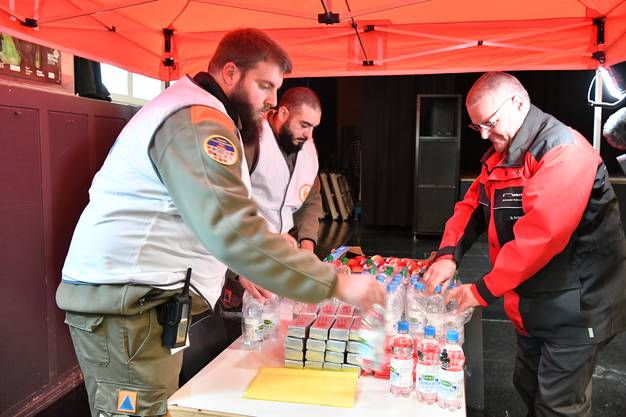 In der Oltner Schützi wurde am Medienanlass demonstriert, wie der Zivilschutz im Krisenfall den Notfalltreffpunkt aufbauen würde. Auch Diego Ochsner (rechts im Bild) packte mit an.
