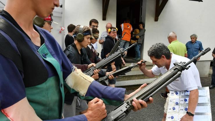 Auch das gehört dazu: Kontrolle der Gewehrläufe vor dem Eintritt in den Schiessstand.
