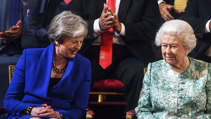 Die scheidende britische Premierministerin Theresa May (links) wird in einer Rede in die gleiche Kerbe nach dem Zusammenhalt des Westens hauen, wie es bereits die Queen in einer Ansprach getan hat. (Archivbild)