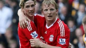 Liverpools Torschütze zum 1:0, Fernando Torres (l.), umarmt von Dirk Kuyt