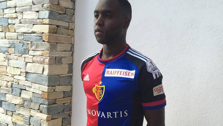 Éder Balanta posiert im Trikot des FC Basel.