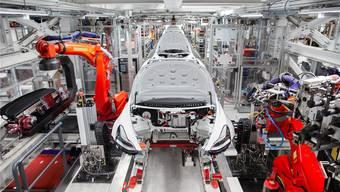 Die Tesla-Fabrik ist im hohen Masse automatisiert. Trotzdem verpassen Menschen vielen Teilen den letzten Schliff.