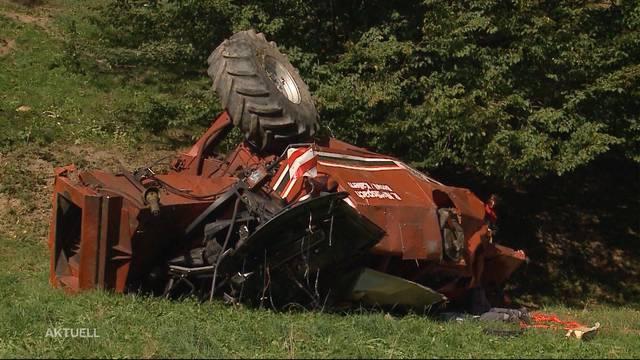 Fahrer schwer verletzt: Mähdrescher kracht Hang hinunter