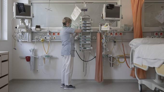Reinigungspersonal bei der Reinigung und Desinfektion eines Intensivpflegezimmers des Regionalkrankenhauses Lugano am 3. April 2020.