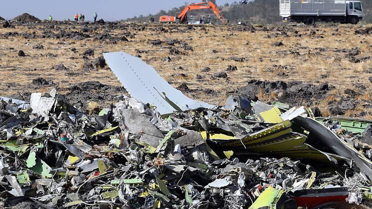 Trümmer auf einem Feld nach dem Absturz eines Boeing-Flugzeugs des Typs 737 Max 8 der Ethiopia Airlines nahe der Stadt Bishoftu in Äthiopien Mitte März 2019.