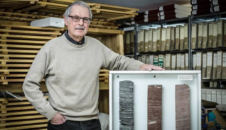 Jörg Hunn, der ehemalige Gemeindeschreiber von Riniken, zeigt drei Bohrkerne von der Probebohrung der Nagra im Jahr 1983, die heute noch im Keller der Gemeindeverwaltung gelagert werden.
