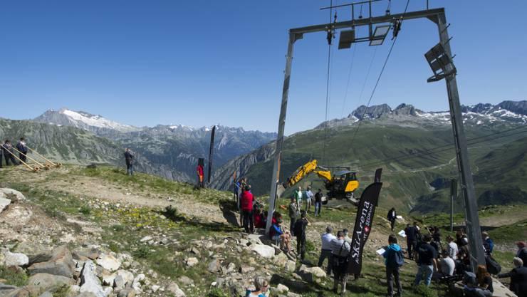 """Mit Blick auf die Investitionen für das neue Gross-Skigebiet hat die Andermatt-Sedrun Sport AG ihr Kapital erhöht. Das Archivbild zeigt den Spatenstich für die erste Sesselbahn des Projekts """"Skigebietverbindung"""" im Sommer 2015. (Archivbild)"""