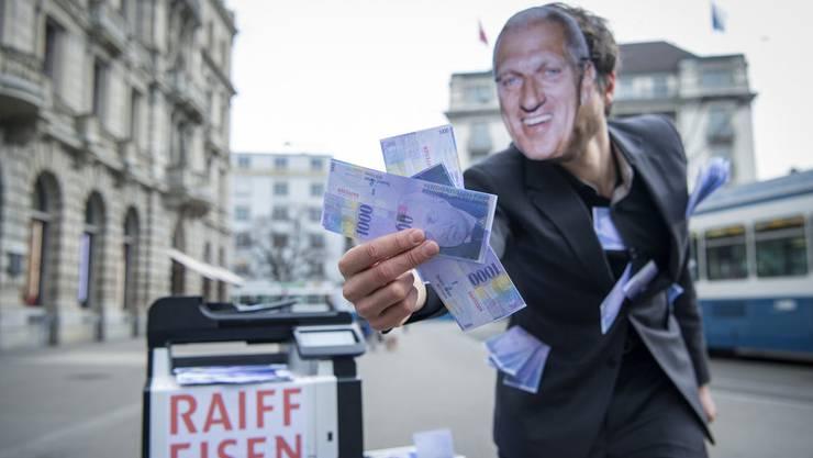 Ein Vollgeld-Aktivist mit einer Pierin Vincenz-Maske hält gedruckte Tausender Noten in der Hand, anlässlich einer Aktion zur Causa «Vincenz:Raiffeisen».
