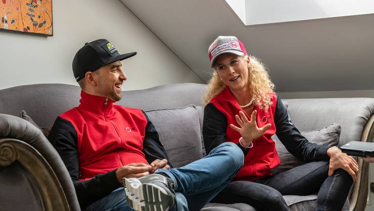 Die Schweizer Mountainbike-Aushängeschilder Jolanda Neff (r.) und Nino Schurter wenige Tage vor dem Saisonauftakt im Doppelinterview: Es wird viel gelacht.