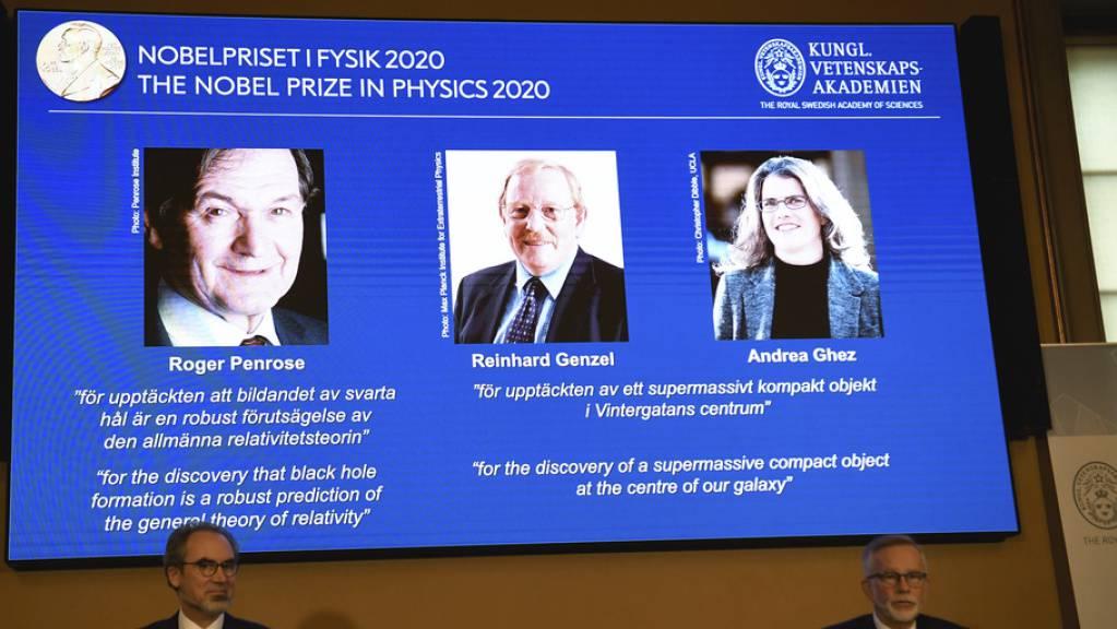 Ein ungewohntes Bild: Die erst 55-jährige Andrea Ghez (r) ist eine von drei diesjährigen Nobelpreisträgern für Physik. Sie ist erst die vierte Frau in der Geschichte des Nobelpreises, welcher diese Ehre widerfährt.