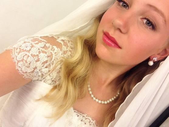 Thea, die 12-Jährige macht vor der «Hochzeit» ein Selfie.