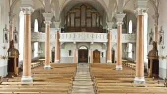 Innenansich der Pfarrkirche gegen den Chor.