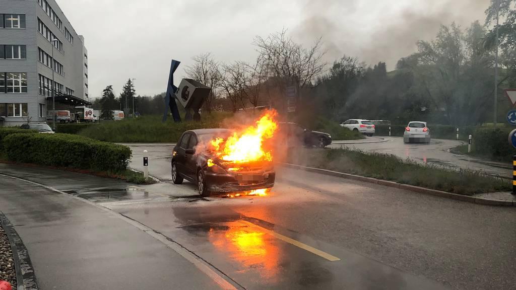 Brennendes Auto sorgt für Verkehrsbehinderungen