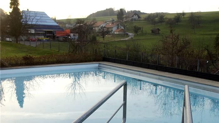 In der Badi Mühledorf werden die Eintrittspreise nicht günstiger. (Archiv)