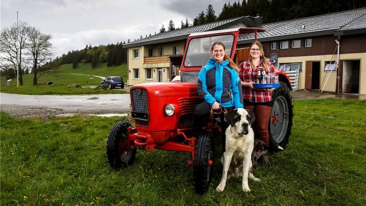 Fabienne (links) und Silvana Kaufmann mit Bernhardiner Canto und Mischling Mingo.