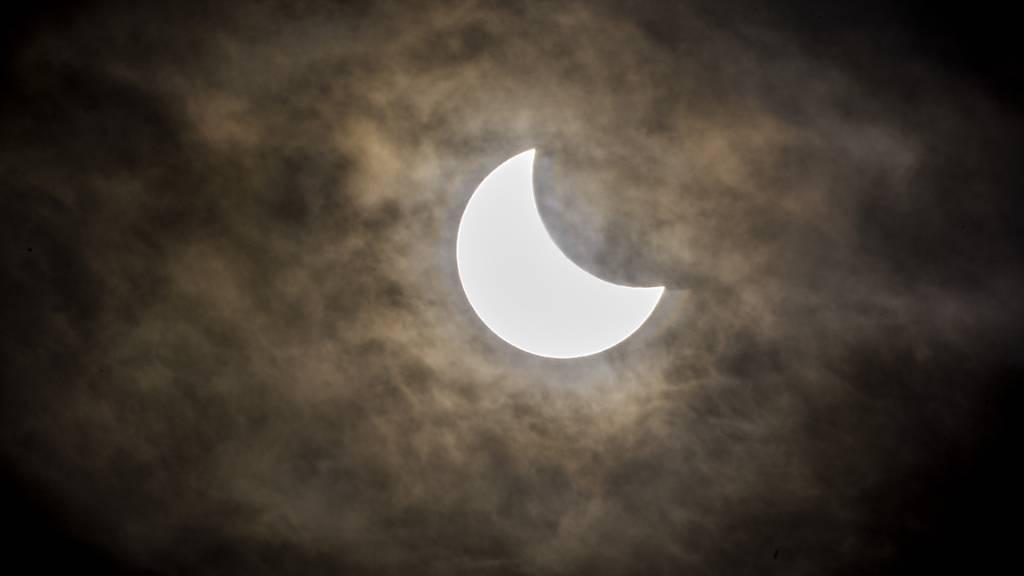 Am Donnerstag knabbert der Mond die Sonne an