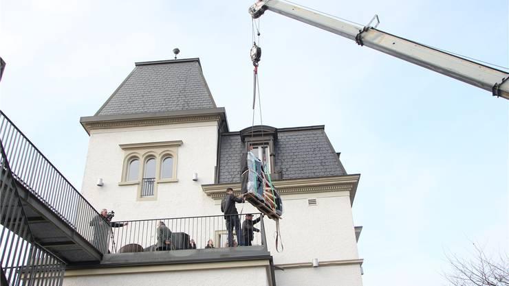 Mit einem Autokran wurde der Flügel auf den «Schlössle»-Balkon gehievt. ska