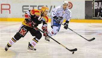 Jonathan Roy (vorne) gegen La Chaux-de-Fonds, mit dem er als Abschluss seiner Schweizer Zeit noch die Playoffs bestreitet.  Quelle: Uwe Zinke
