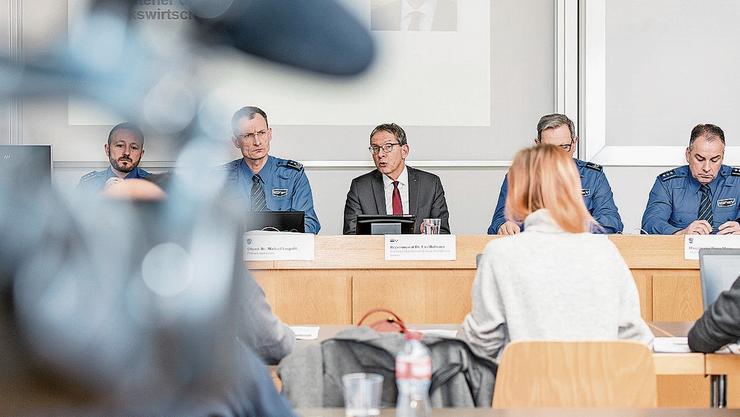 Urs Hofmann (Mitte) spricht an der Medienkonferenz der Polizei.
