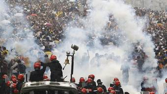 Die Polizei setzt in Kuala Lumpur Tränengas gegen die Demonstranten ein