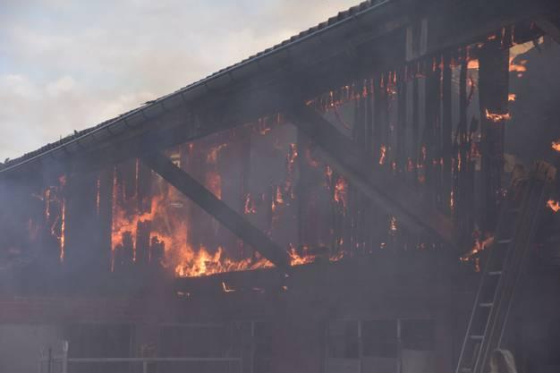 Als die Feuerwehr eintraf, brannte schon der Heustock und der Dachstock.