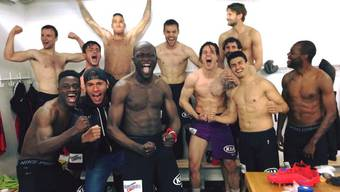 Die Spieler des FC Aarau feiern in der Kabine in Biel.