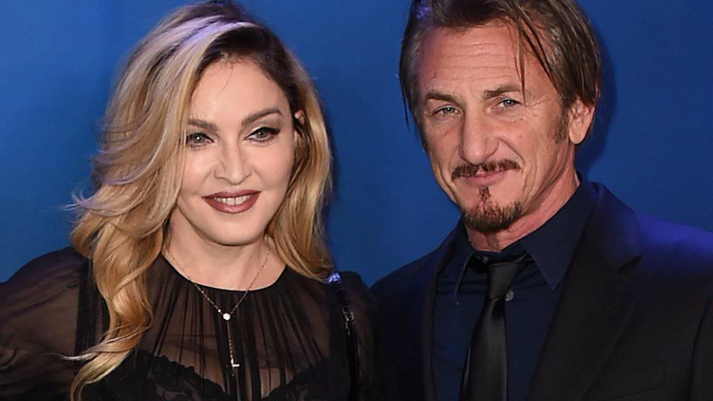 """Madonna und Sean Penn wirkten am Samstag auf einer Benefiz-Gala wie glückliche Turteltäubchen. Nachdem gleichen Abends Penns Interview mit Drogenboss """"El Chapo"""" veröffentlicht worden war, war's wohl am Sonntag fertig mit der guten Laune (Archiv 10.1.)"""