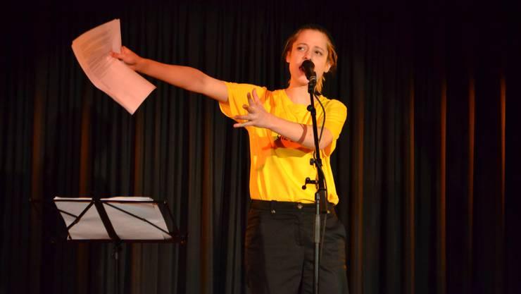 Lara Stoll in Action: Ihre skurrilen Geschichten haben interessante Inhalte.