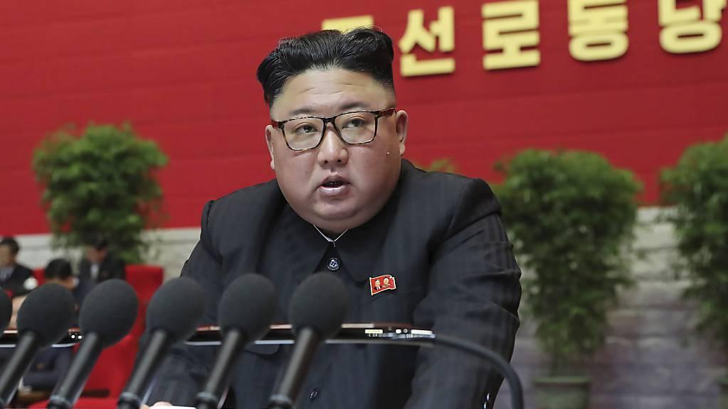 Der nordkoreanische Machthaber Kim Jong Un betrachtet die USA nach wie vor als grössten Feind des Landes, dies trotz früheren Treffen mit US-Präsident Donald Trump. (Archivbild)