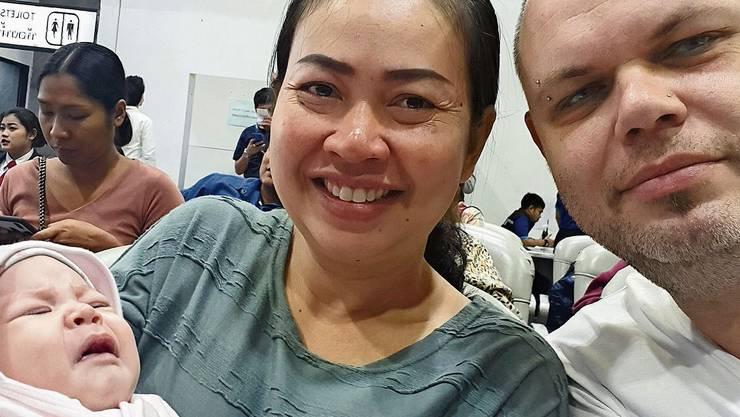 Glückliche Zeiten: Der Kirchleerber Andreas Erdin mit Freundin Ratchaneekorn und Baby Amelia in Thailand nach der Geburt.