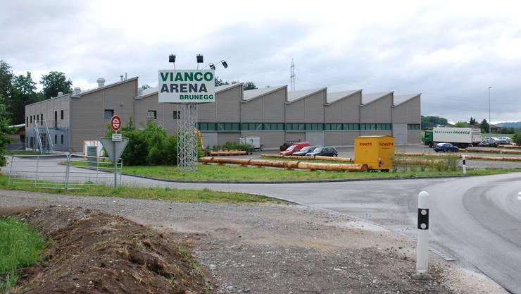 Anlässlich eines Militär-Liquidations-Verkauf wurde in der Brunegger Vianco-Arena Bargeld gestohlen. Nun sucht die Kantonspolizei Zeugen.