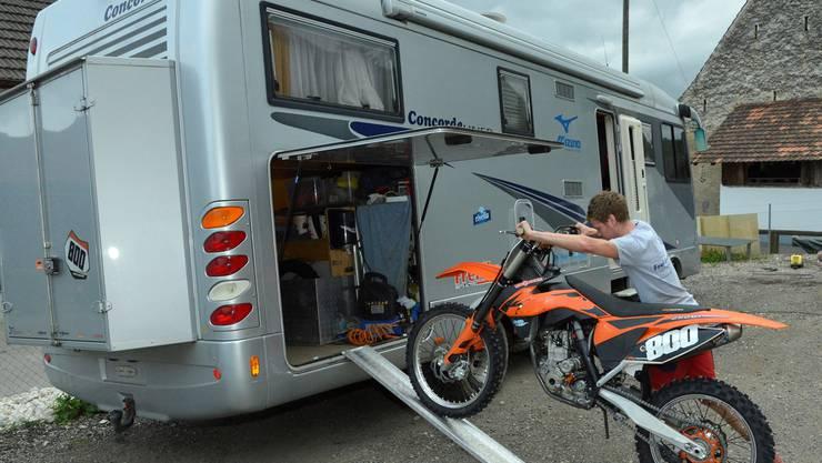 Im hinteren Teil des Wohnmobils finden Mike Gauglers Motocross-Töffs spielend Platz.