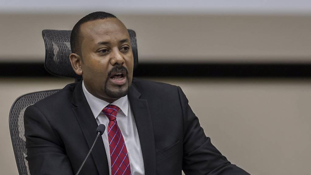 Äthiopiens Premierminister Abiy Ahmed reagiert auf Fragen von Parlamentsmitgliedern im Büro des Premierministers. Äthiopien hat die zuletzt für den 5. Juni angesetzte Parlamentswahl erneut verschoben. (Archiv)