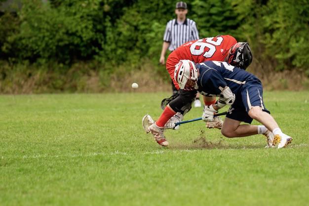 """Solothurn gewinnt das """"Face-Off"""" genannte Anspiel, bei welchem sich zwei Spieler nach einem Tor oder zu Beginn eines Viertels in der Spielfeldmitte gegenüberstehen. (Bild: delevenphotography.com)"""