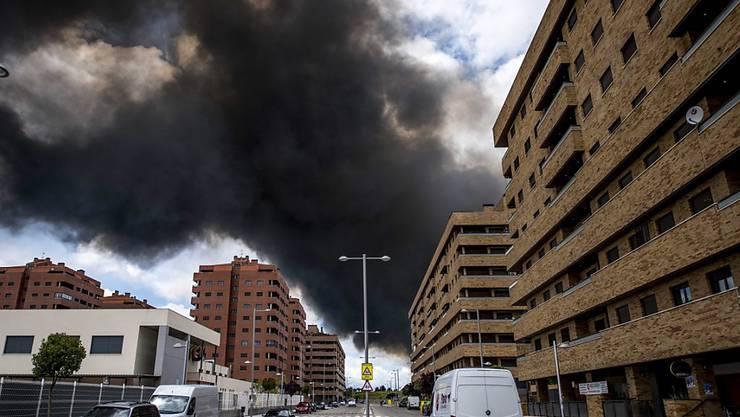 Eine giftige schwarze Wolke hängt über Seseña: Die Behörden vermuten, dass das Feuer vorsätzlich entfacht worden war.