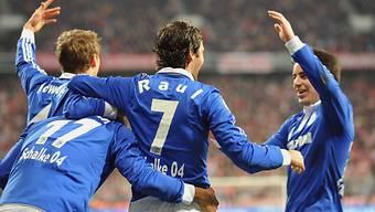 Die Schalker bejubeln Rauls entscheidendes Tor