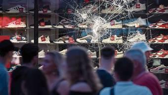 Demoliertes Schaufenster: In der Nacht auf Sonntag zog ein gewalttätiger Mob durch die Landeshauptstadt Baden-Württembergs.