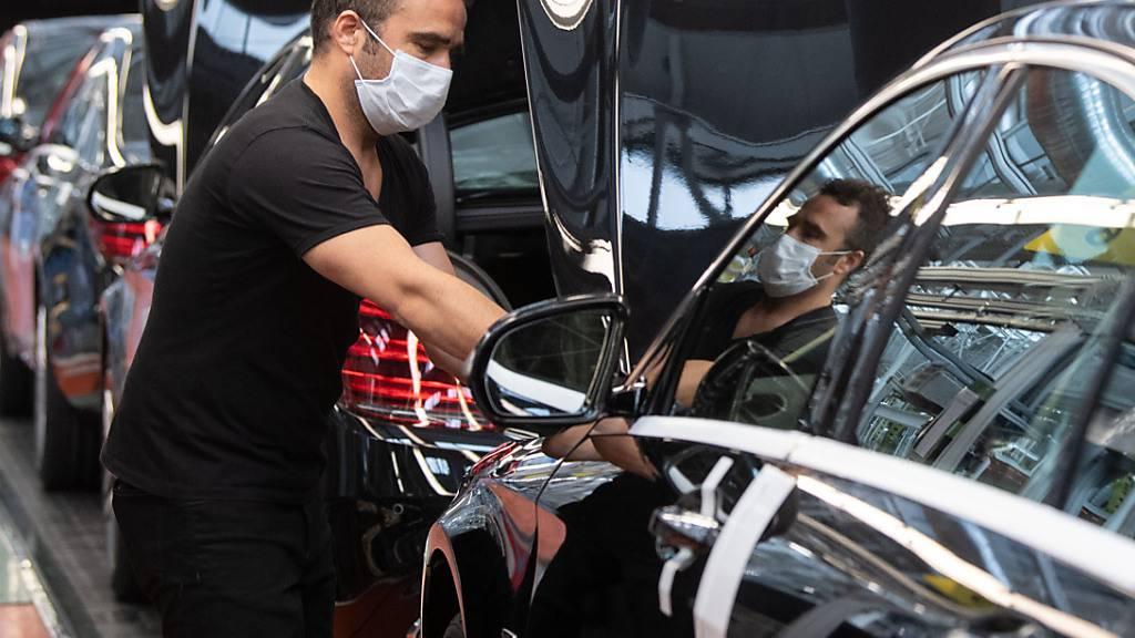 Der Autoabsatz in der EU hat stark unter der Corona-Pandemie gelitten - im Bild die Produktion der S-Klasse bei Daimler. (Archivbild)
