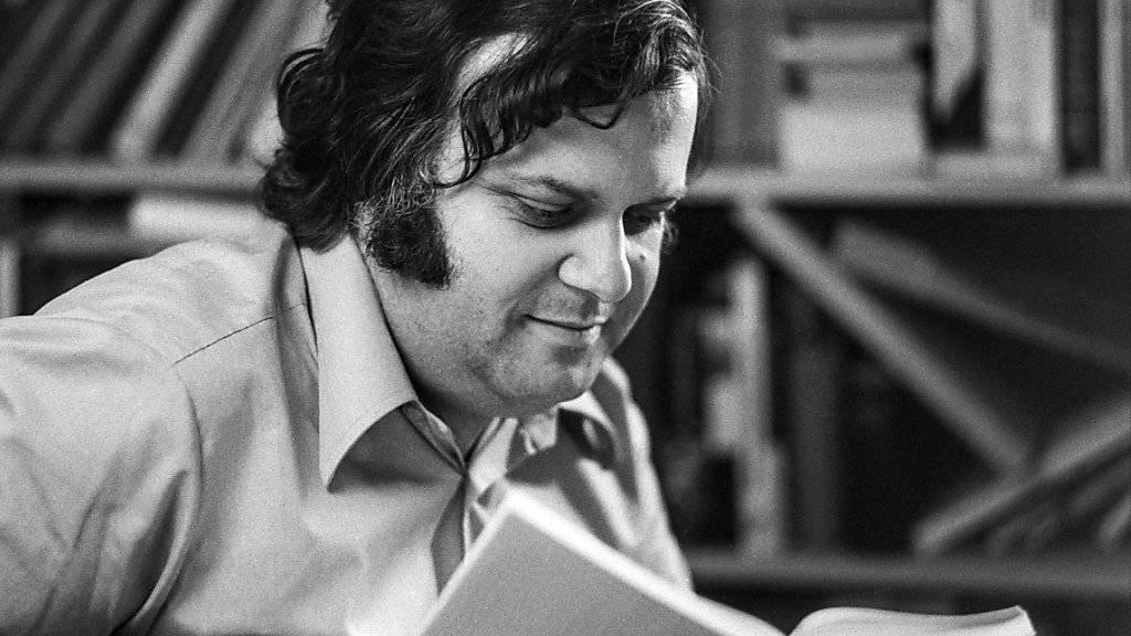 """Damals war er noch der """"Lehrer der Nation"""": Sonderklassenlehrer Jürg Jegge bei der Präsentation seines Buchs """"Dummheit ist lernbar"""" im Jahr 1977."""