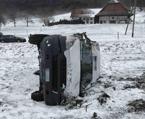 Auf der teilweise schneebedeckten Strasse verlor ein Lenker die Kontrolle über den Lieferwagen. Dieser überschlug sich und kam auf der Seite liegend zum Stillstand. Der Fahrer und sein Beifahrer blieben unverletzt.