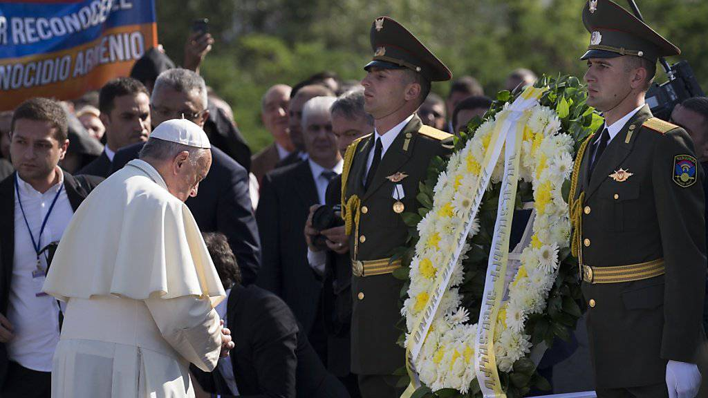 Papst Franziskus in stillem Gebet bei der Kranzniederlegung
