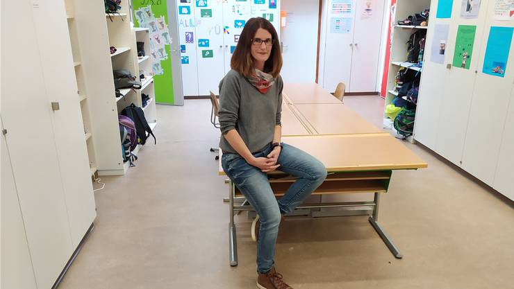 Nicole Seiler, Schulpflege-Präsidentin, im Schulhauskorridor, der notgedrungen auch ein Gruppenraum ist.