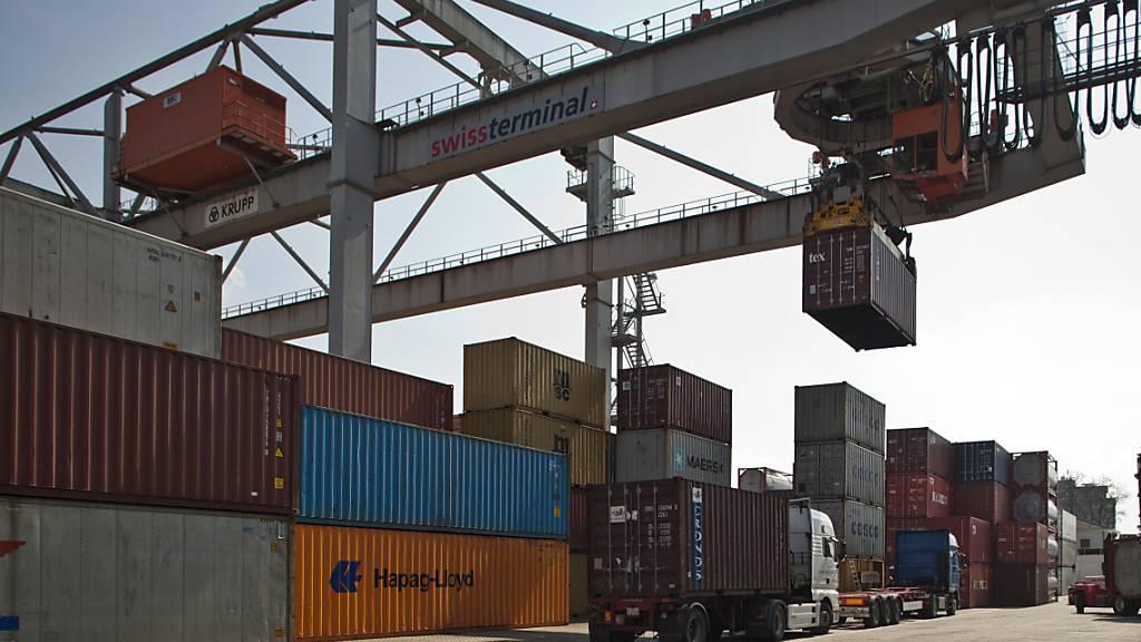Schweizer Exporte stabilisieren sich im Mai auf tiefem Niveau