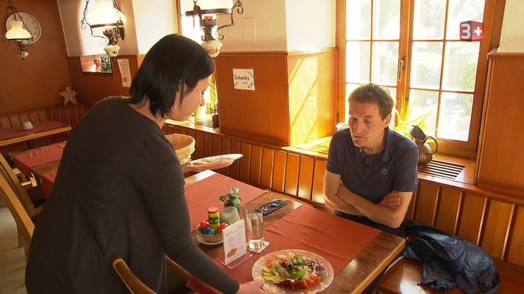 Sandra serviert ihm das erste Testessen.